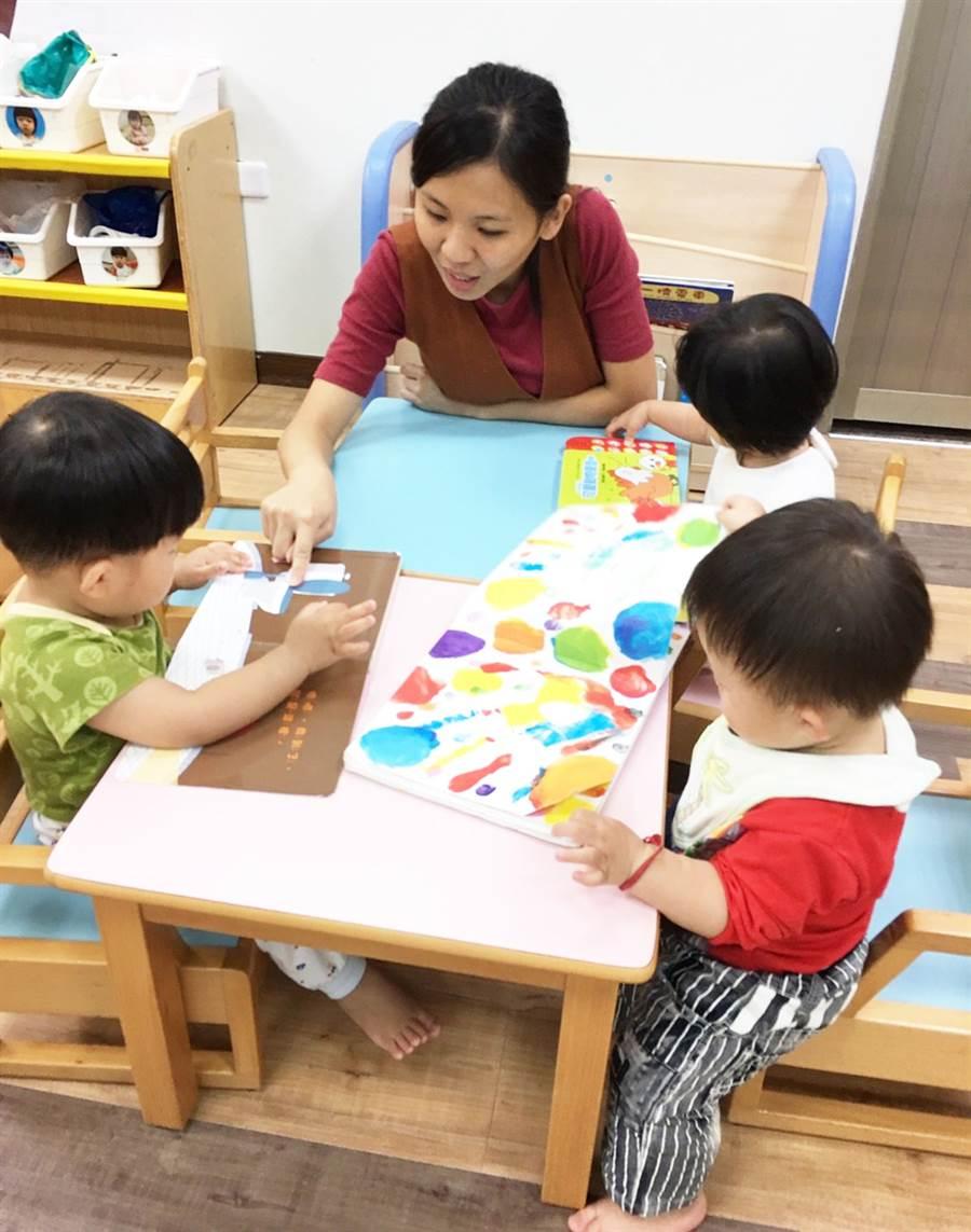 台中市公設民營托嬰中心,托育人員每年至少須接受達18小時在職訓練,以提升專業照顧知能。(陳世宗翻攝)