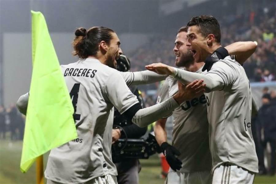 義甲尤文圖斯球員慶祝勝利。(elisabetta baracchi/美聯社資料照)
