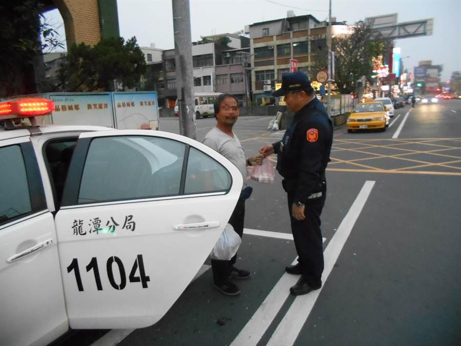 男子沒錢返鄉,蹲坐站牌求助警方。(警方提供)