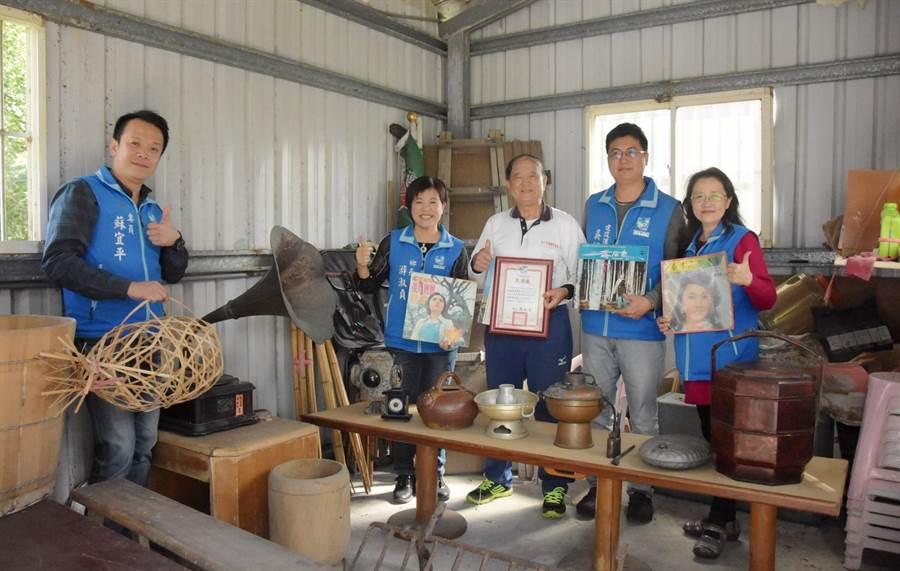 客家耆老范振城(中)捐出10餘件客家懷舊文物,充實好客藝術村展覽。(許家寧翻攝)