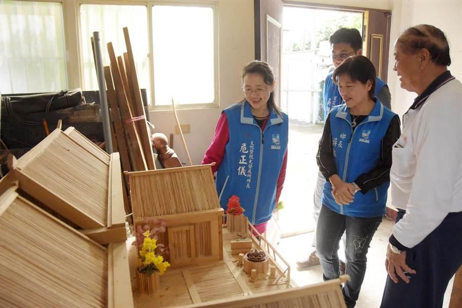 吉安客家耆老范振城(右一)向鄉長游淑貞(右)介紹珍藏的三合院模型。(許家寧翻攝)
