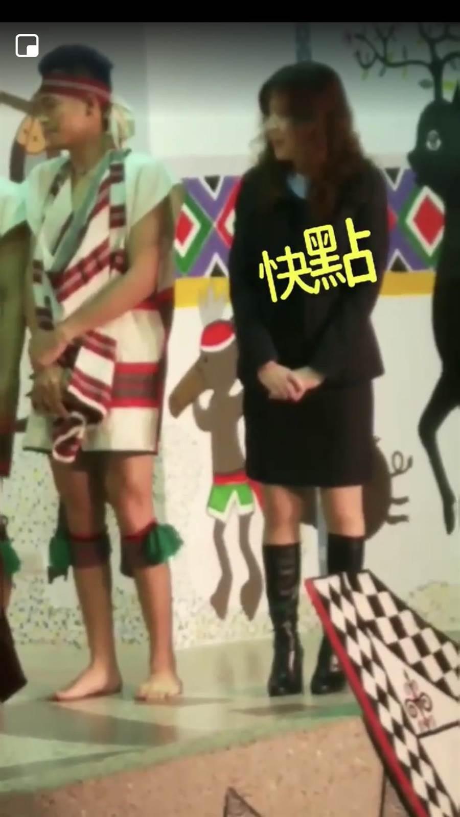 酒醉女子亂入基隆市原住民舞蹈團的表演,還直呼「快點,跳啊!」。(翻攝自爆料公社)