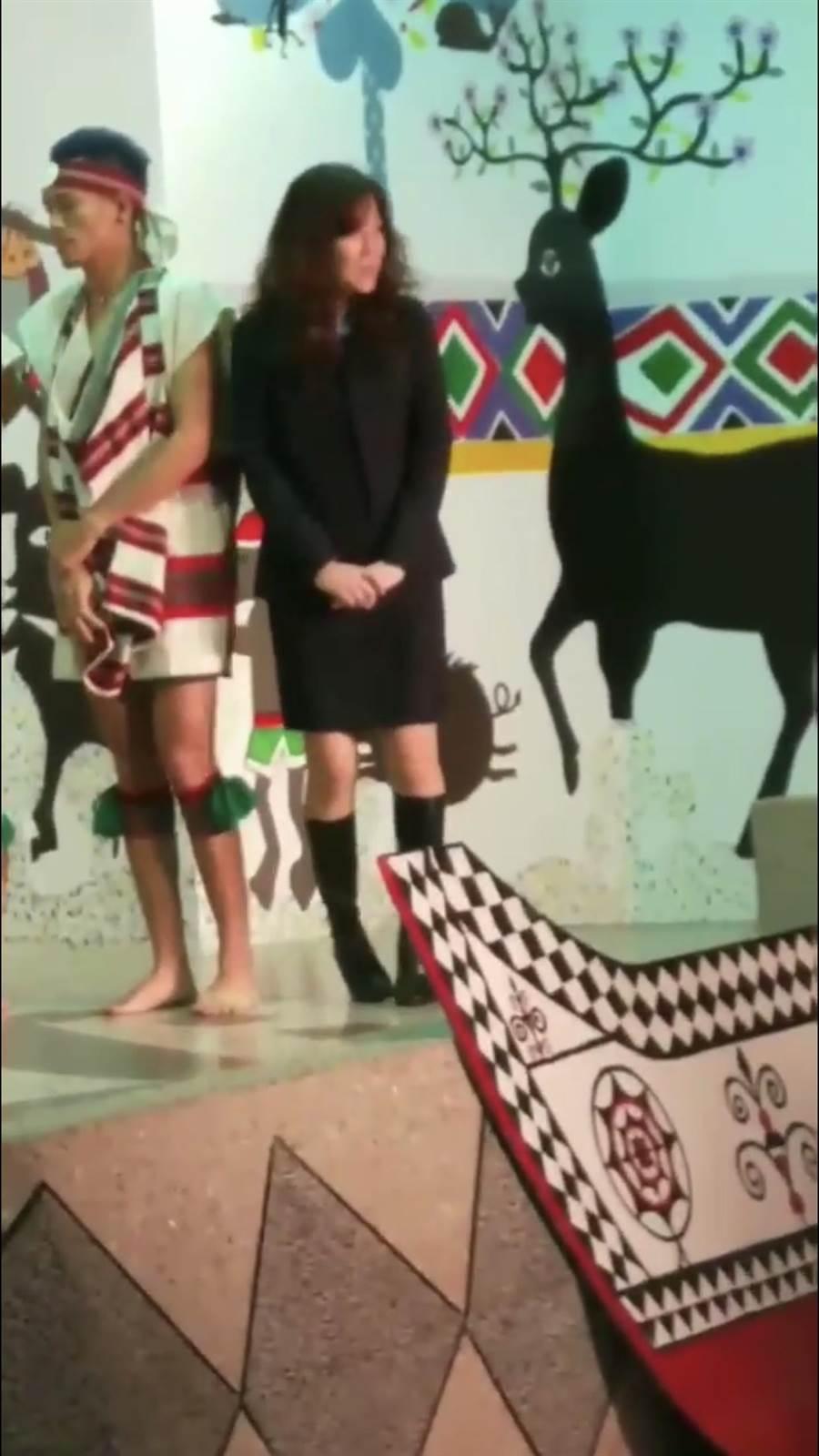 酒醉女子亂入基隆市原住民舞蹈團的表演,並刻意用肩膀靠上其中1名原民男舞者的肩膀說「我跟他並肩!」。(翻攝自爆料公社)