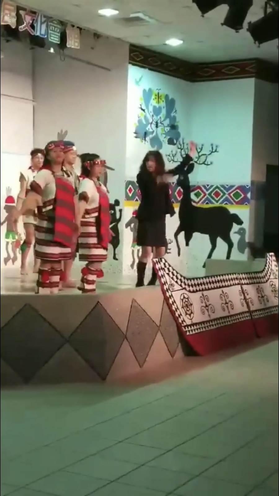 酒醉女子亂入基隆市原住民舞蹈團的表演,毫無章法地開始亂跳,挨轟「不尊重原住民文化」。(翻攝自爆料公社)