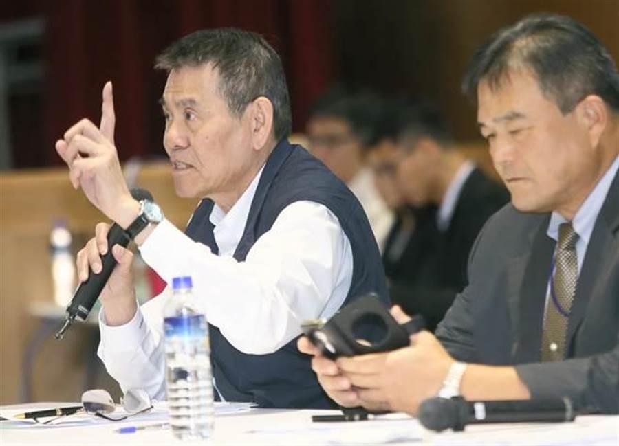 華航擬停招外籍機師2年。圖為華航總經理謝世謙(左)。(張鎧乙攝)