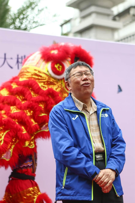 台北市長柯文哲14日出席江南市場BOT案大樓啟用典禮受訪前露出驚訝的表情,他再度強調,國家內部要先有共識,不管是處理美國還是對岸的問題。(鄧博仁攝)