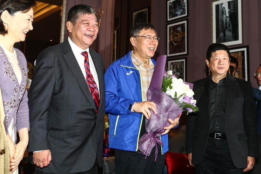 台北市長柯文哲(右2)日前提出「國家論」,強調用「國家」兩個字就解決掉現在的問題。(鄧博仁攝)