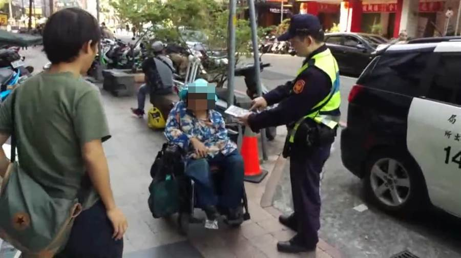 民眾撿到1本刮刮樂交給警方處理,失主販售彩券的朱姓婦人(中)失而復得。(陳淑芬翻攝)