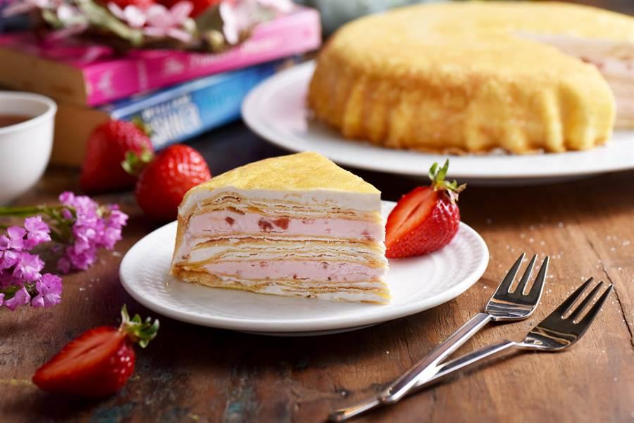 美廉社預購商品「塔吉特草莓千層」,香嫩千層蛋皮夾進手工特製草莓醬、雙層草莓餡料,每盒8吋799元,4盒2760元、10盒6600元。(美廉社提供)