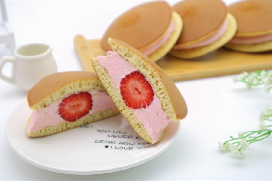 美廉社預購商品「彼緹娃藝術蛋糕觀光工廠草莓慕斯冰淇淋銅鑼燒」,手工餅皮Q彈帶有蜂蜜香氣,搭配草莓果泥慕斯冰淇淋,加上整顆新鮮大湖草莓,酸甜滋味、多層次口感,1盒4入288元(店取),16盒4160元(含運)。(美廉社提供)