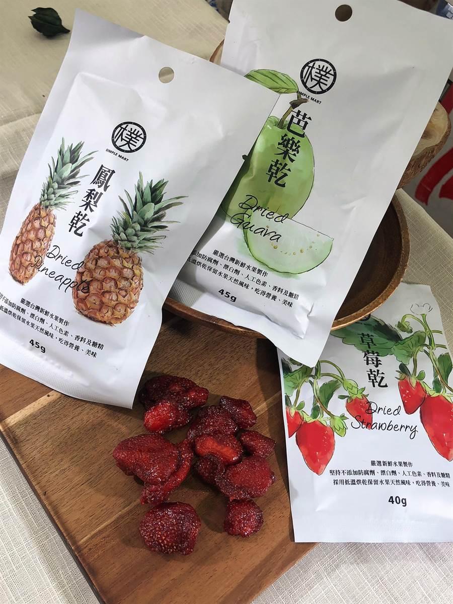 美廉社「心樸市集草莓果乾」,另有芭樂、鳳梨、番茄,主打健康養生,絕無添加香料、防腐劑和色素,內包裝呈現果乾原形,草莓口味最熱銷,25日前任選2包65元。(美廉社提供)