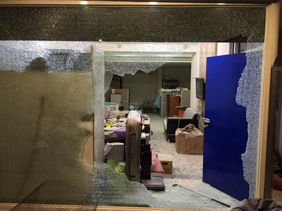 林男經營的裝潢工程行欠繳房租,遭房東撂人砸店。(吳岳修翻攝)