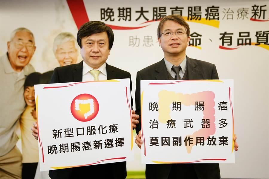 台灣腸癌病友協會理事長陳鴻華(左)與北醫附醫副院長李冠德。(台灣腸癌病友協會提供)