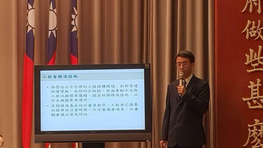 工程會工管處長何育興說明去年公建執行率(呂雪彗攝)