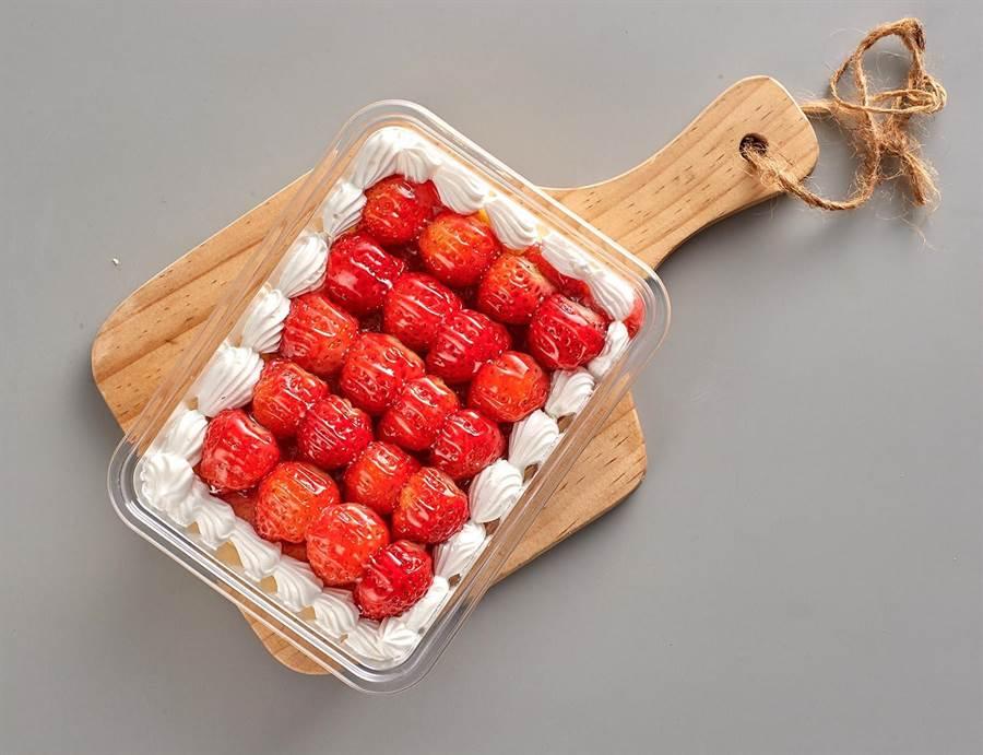 家樂福草莓千層蛋糕,今日限量優惠,原價160元、特價99元。(家樂福提供)