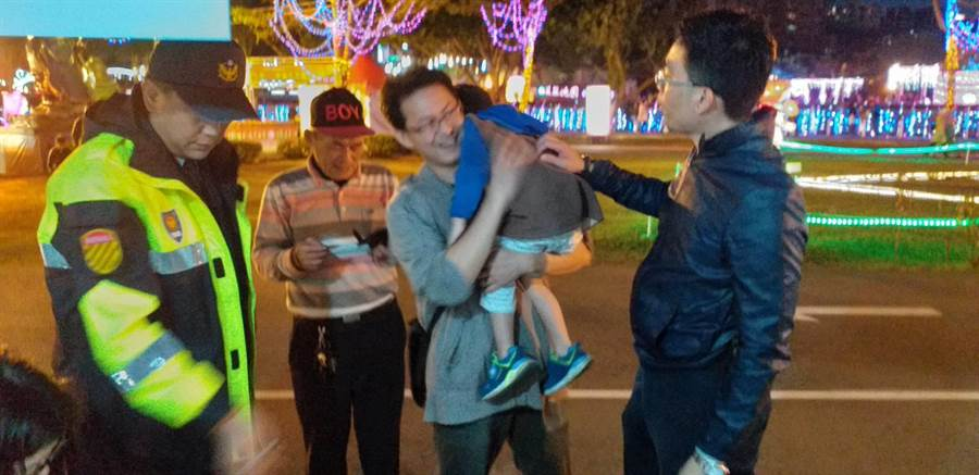 盧小弟重回父親懷抱。(蔡依珍翻攝)