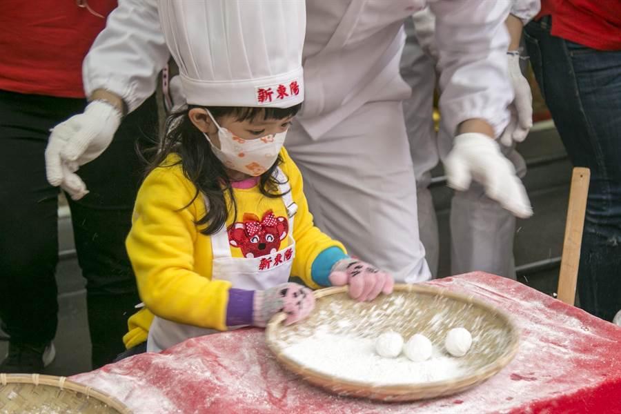 幼兒園小朋友到新東陽門市體驗搖元宵活動。(品牌提供)