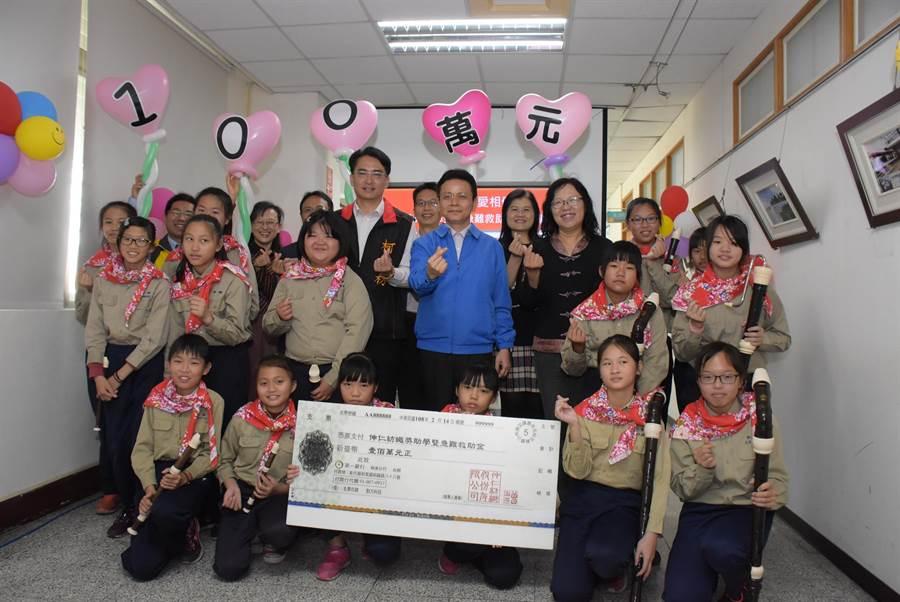 伸仁紡織董事長白璨榮捐贈第7個100萬元給伸港地區中小學作為獎助學金和急難救助金。(吳敏菁攝)