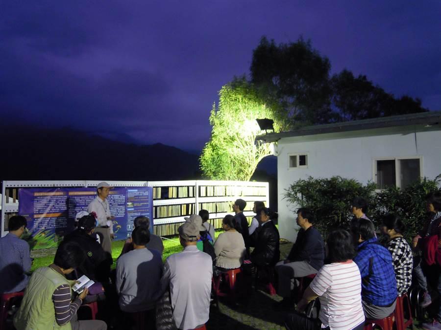 社區導覽人員負責大農大富螢火蟲季導覽工作。(花蓮林管處提供)