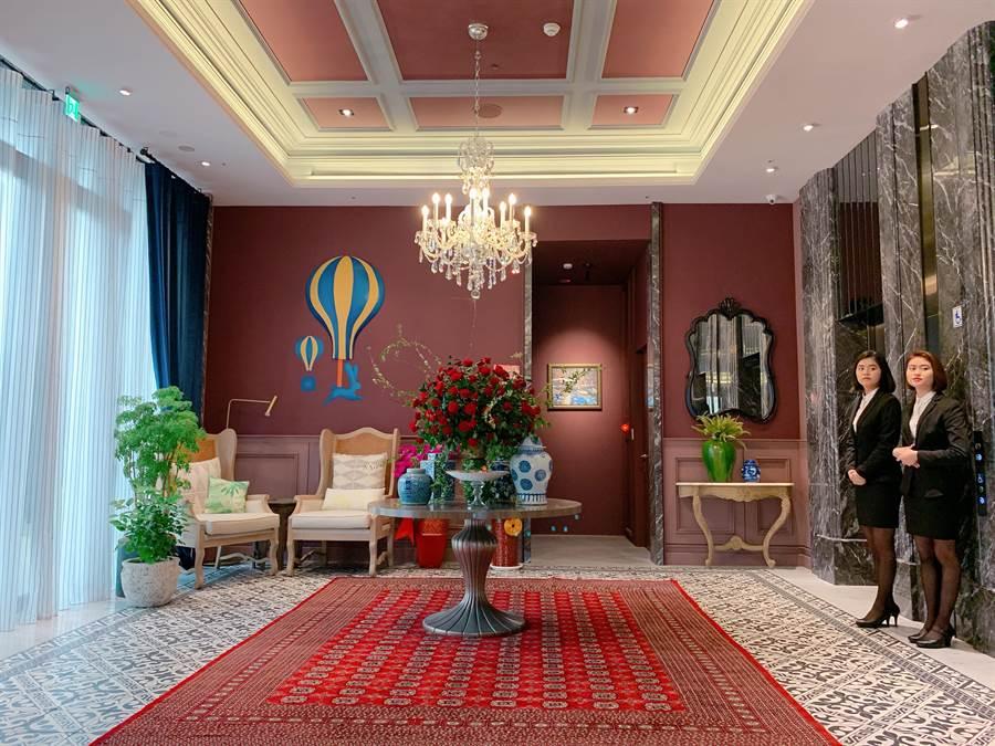 特殊挑高大廳綴以水晶燈飾,創造視覺延伸感。(徐力剛攝)