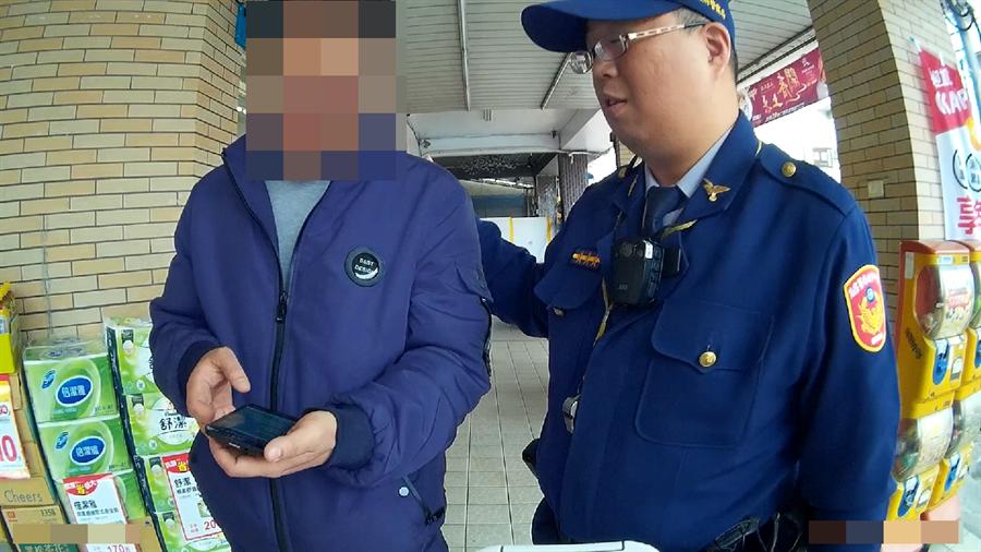 40歲雙子男被冒名「薇薇」的網友詐騙,經超商店員報警,警方到場勸阻。(馮惠宜翻攝)