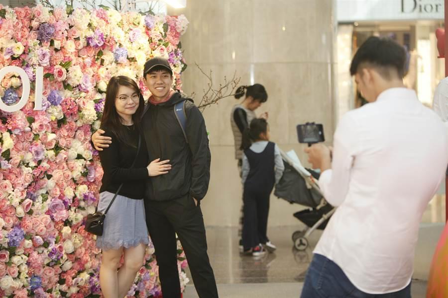 今15時至18時於台北1014樓都會廣場花牆前拍照,完成指定任務,有機會兌換1朵玫瑰花。(台北101提供)