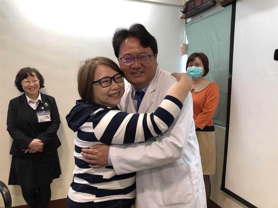 動了2次脊椎傳統手術趙子清(前左)仍無法根除病痛,經台大醫院雲林分院以微創手術新方法治療,終於脫離苦,主治醫師陳元森擁抱恭喜她宛如重獲新生。(許素惠攝)
