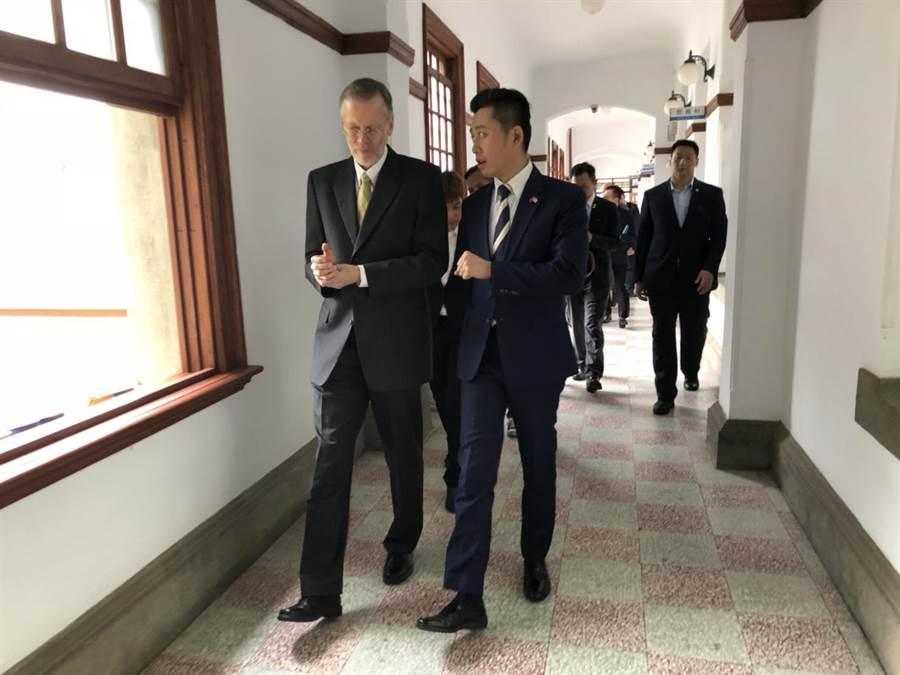 美國在台協會AIT處長酈英傑(左)13日下午拜會新竹市政府,雙方就竹市經濟產業、資訊安全、竹科X計畫等議題交流。(陳育賢攝)