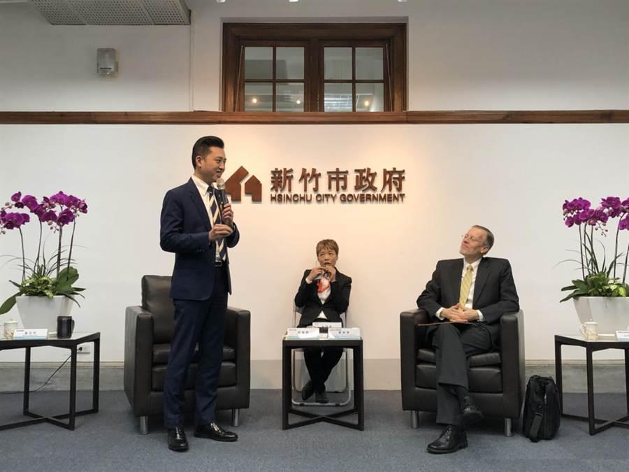 新竹市長林智堅(左)向酈英傑力薦竹市良好投資環境,盼藉AIT之力邀請更多美商投資竹市,酈英傑給予正面回應。(陳育賢攝)