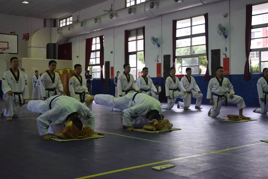 四維高中跆拳道選手表演鐵頭破磚,贏得熱烈掌聲。(四維高中提供)