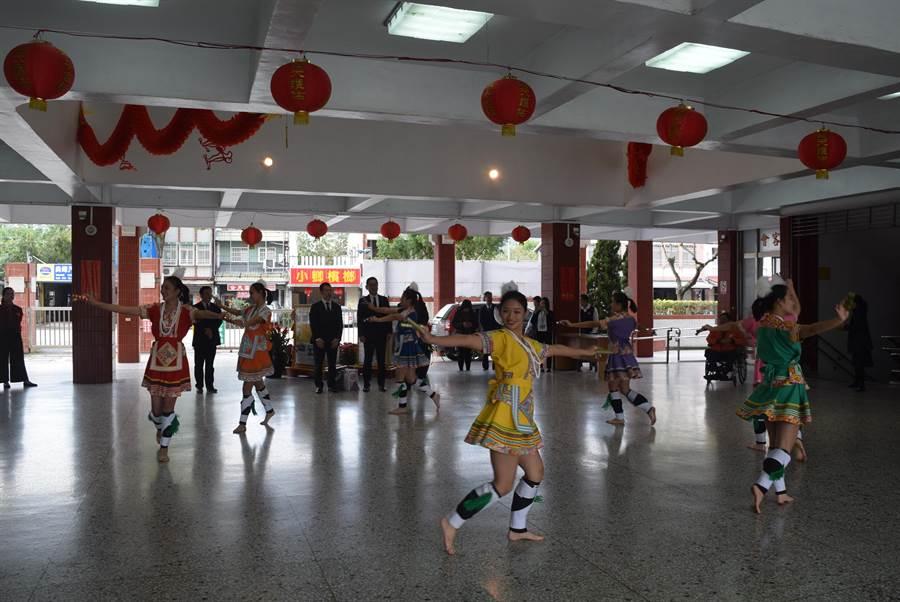 四維高中阿美七鳳暢跳原民迎賓舞,歡迎日本名城高校一行人造訪。(四維高中提供)