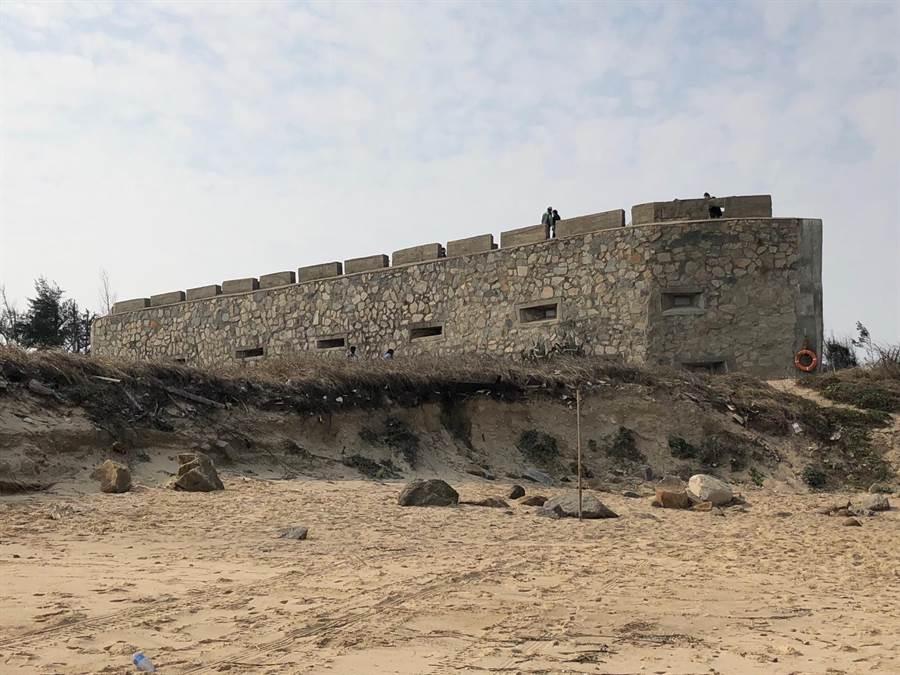 春節期間才開放的新景點「船型堡」海灘也宣告淪陷。(李金生攝)