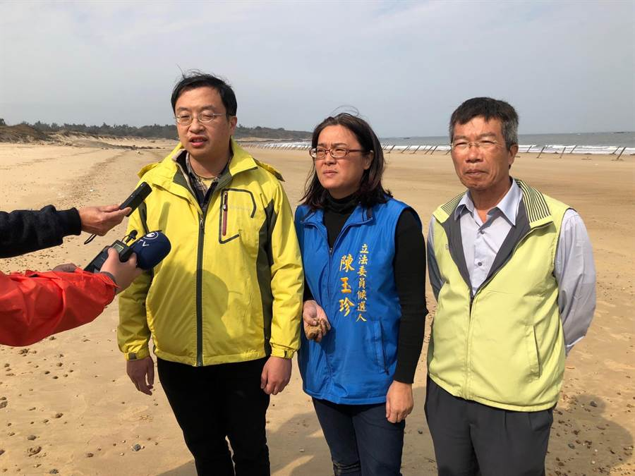縣環保局科長李欣(左)表示,盡快循兩岸交流平台通報對岸加強汙染管制,嚴防類似情事再度發生。(李金生攝)