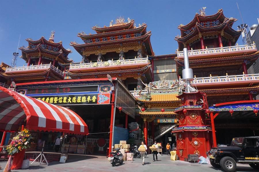 擁有358年歷史的台南市下營上帝廟去年斥資3771萬元進行屋頂翻修工程,14日舉行竣工謝土法會。(李其樺攝)