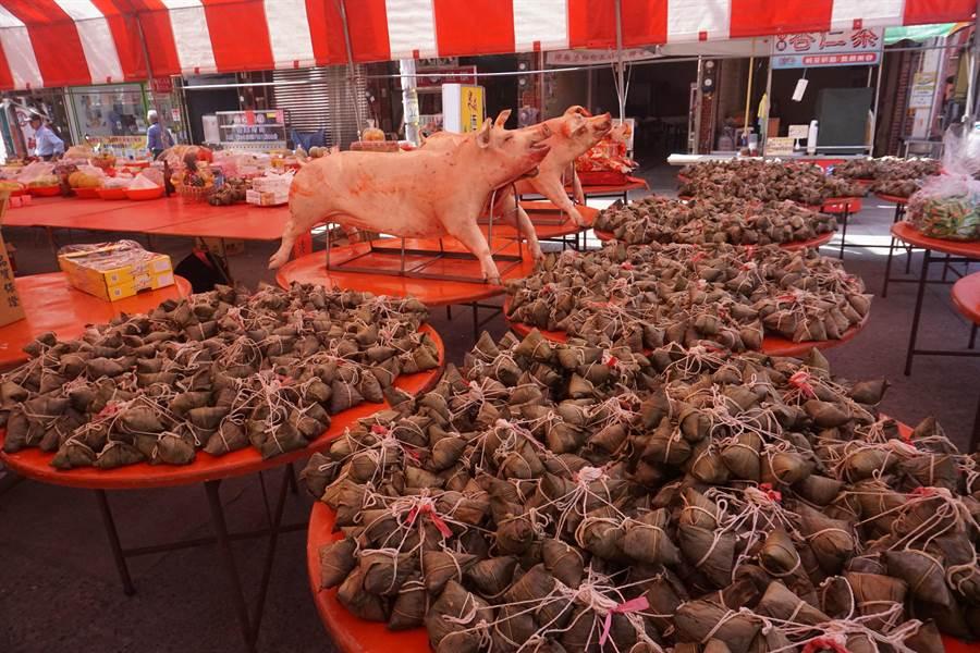 廟方準備280桌供品答謝神明,另準備3千顆肉粽發送給信眾和鄉親保平安。(李其樺攝)