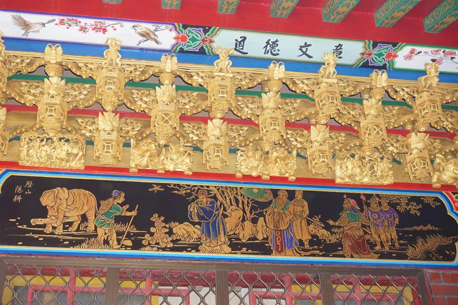 下營上帝廟邀請知名畫師潘岳雄繪製廟宇彩畫。(李其樺攝)