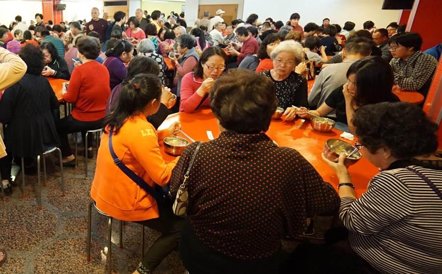 萬和宮14日舉行己亥豬年植斗祈安法會,依照傳統習俗,供應素食平安粥,分享信眾吃平安。(黃國峰翻攝)