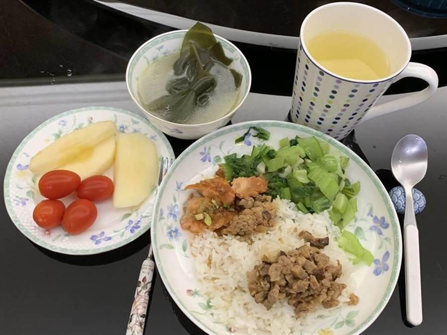 鄭文燦情人節在臉書上晒出他充滿愛情的早餐,竟是一大盤滷肉飯+一碗味噌湯+水果+一杯茶的驚人份量。(圖/翻攝鄭文燦臉書)