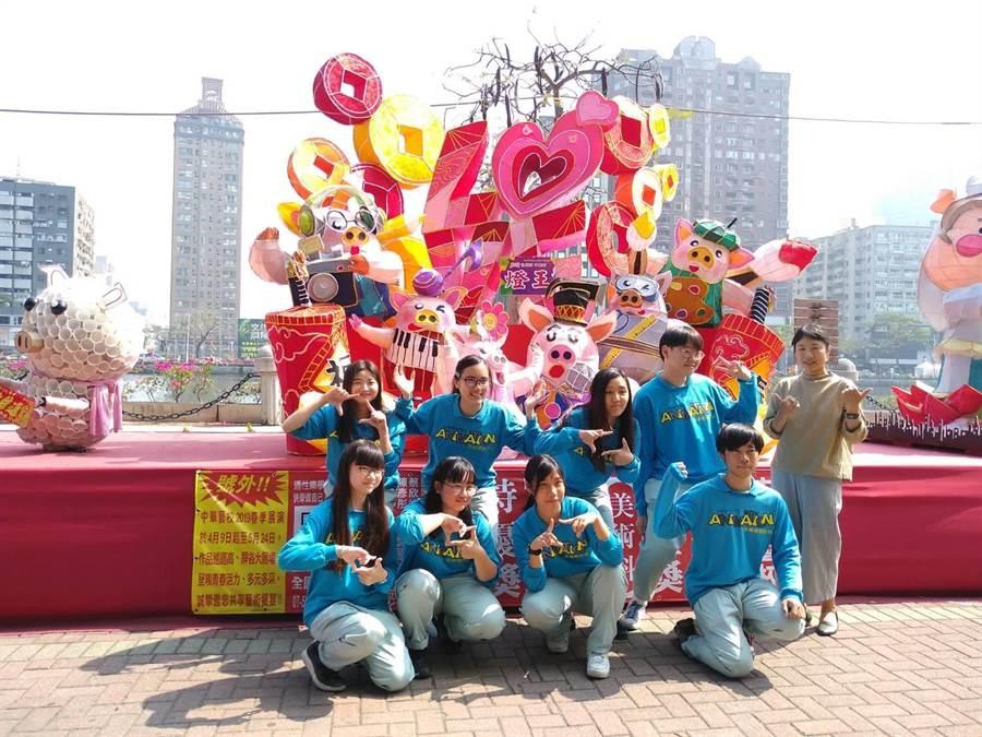 中華藝校「福來豬FLYHIGH」花燈獲高雄創意花燈競賽高中職組燈王。(曹明正攝)