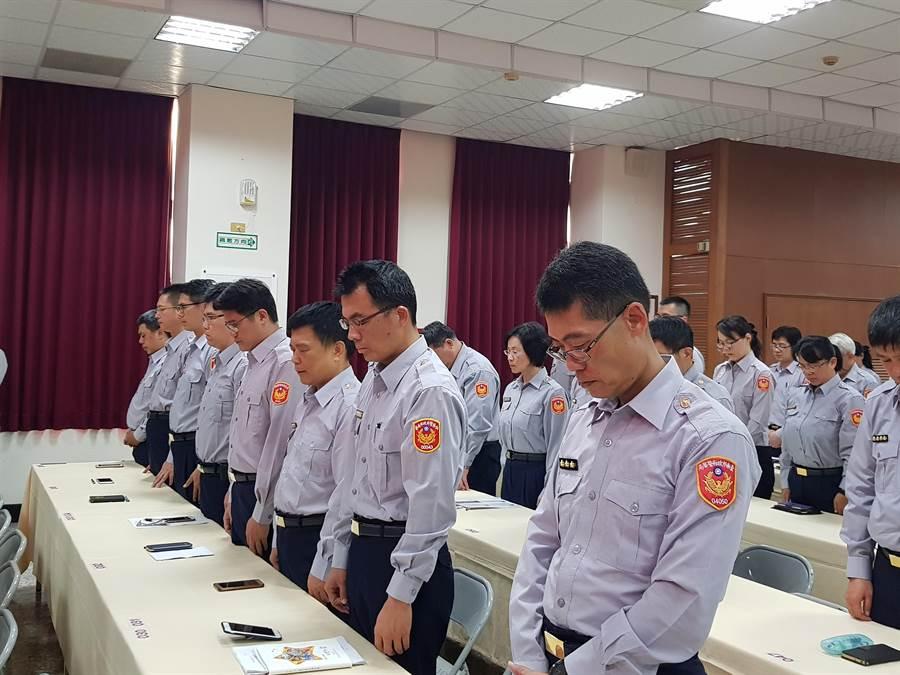 台南市警局14日下午舉行局務會報,現場員警對兩名驟逝警員表達默哀。(李其樺攝)