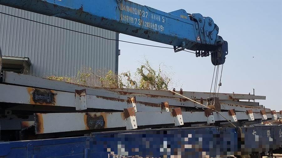 鋼材已被搬運上車,差點就被竊賊運出變賣。(林和生翻攝)