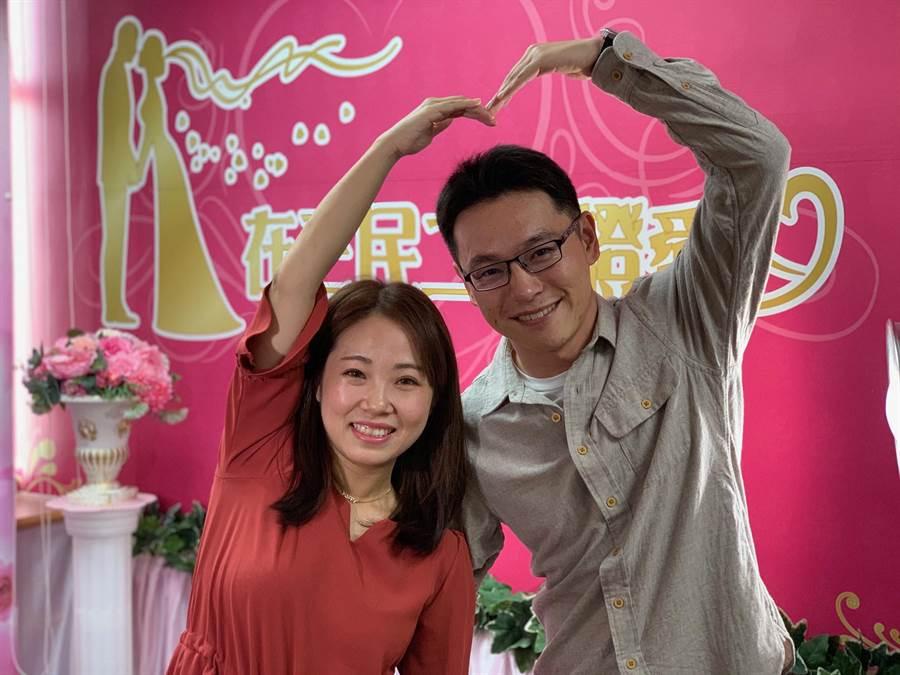 新人張振邦(右)與林思鋆(左)愛情長跑8年,14日情人節登記結婚。(柯宗緯攝)