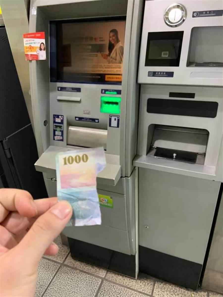 網友ATM提款驚見千元鈔剩一截。(翻攝自《爆怨公社》)