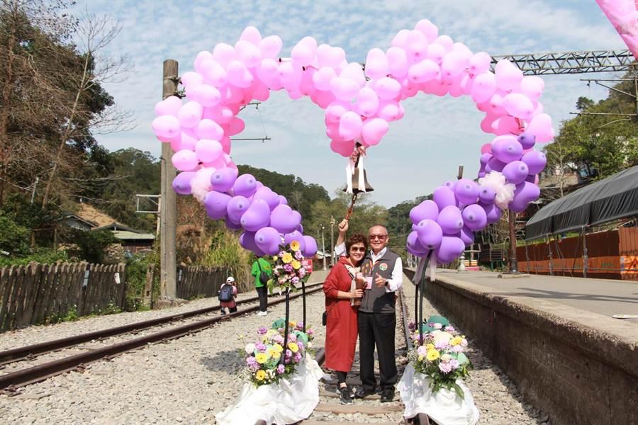 苗栗縣長徐耀昌與夫人蔡麗卿敲響幸福鐘聲,宣告浪漫舊山線鐵道自行車愛情首航。(何冠嫻攝)