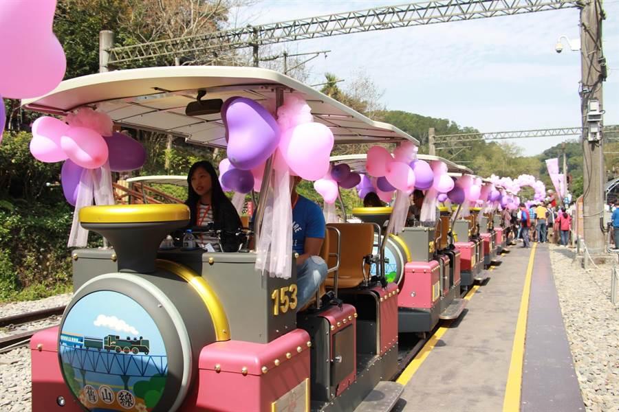 苗栗縣三義的鐵道自行車14日推出情人節專屬活動,限量20對戀人包車遊玩舊山線。(何冠嫻攝)