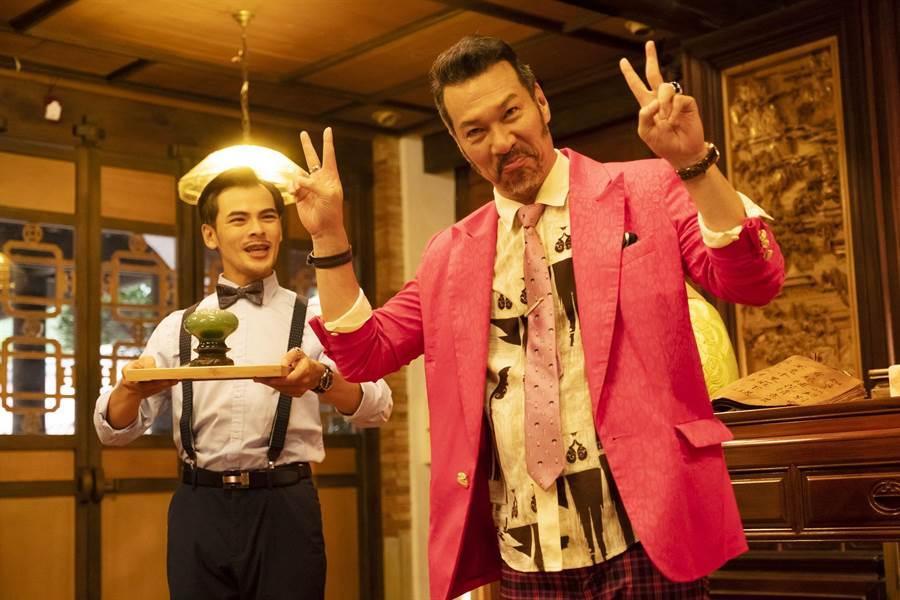 黃仲崑穿粉紅西裝演霸氣總裁是精心設計。(牽猴子整合行銷)