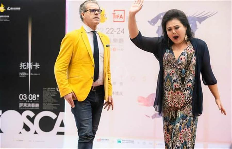 男中音路奇歐‧蓋洛(左)與女高音左涵瀛挑樑演出歌劇《托斯卡》。(NSO提供)