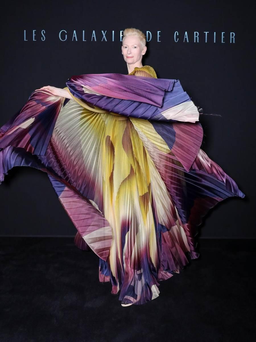 蒂坦絲雲頓穿IrisVanHerpen彩虹抓褶禮服出席卡地亞GalaxiesdeCartier系列珠寶發表會。(Cartier提供)
