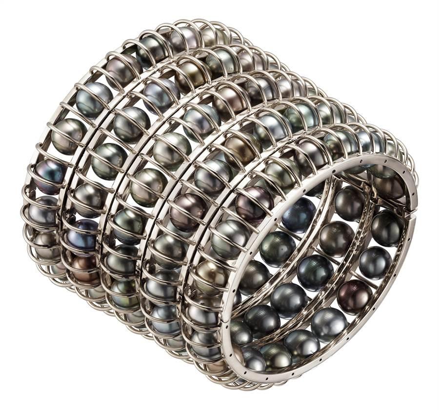 卡地亞GalaxiesdeCartier珠寶的Lunes寬手環,217萬元。(Cartier提供)