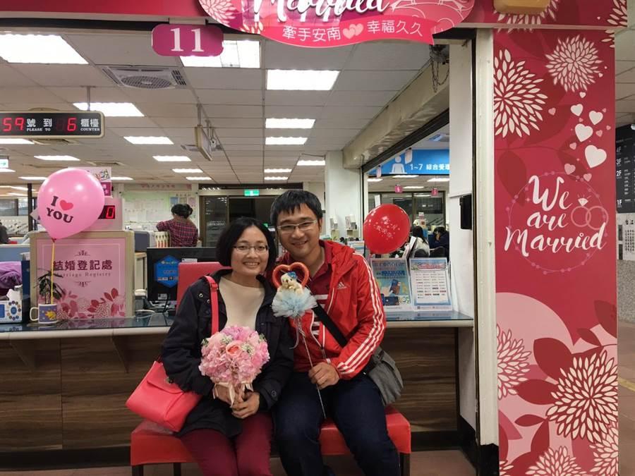 選在今天於安南區戶政事務所登記結婚的新郎黃宥健、新娘劉珮怡。(曹婷婷攝)